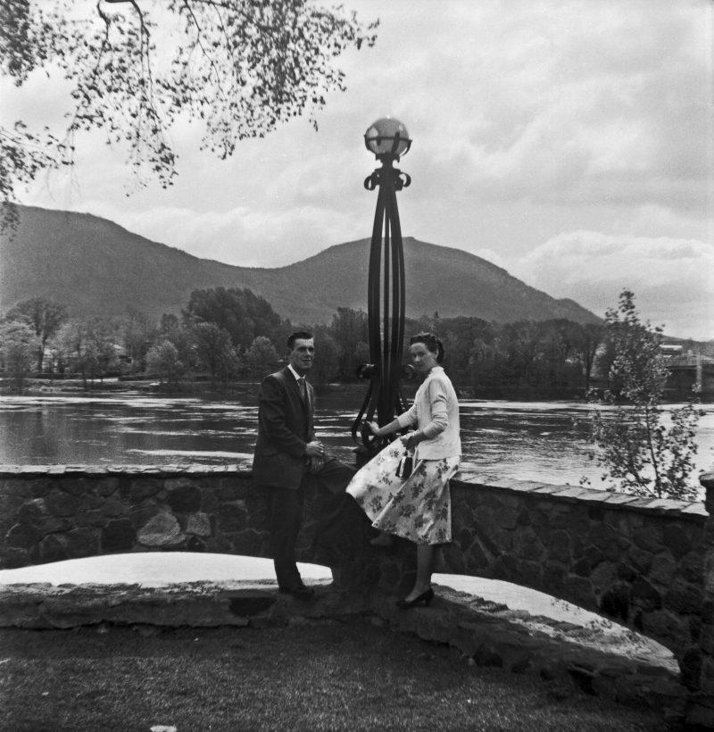 Sur cette photo qu'on retrouve dans le livre, on reconnaît l'artisan-menuisier Lévis Fournier et Marguerite Desrosiers, beaux-parents de l'auteure, lors de leur voyage de noces dans la région en 1958, quelques années avant que le couple s'installe à Belœil en 1966. Ils sont malheureusement tous deux décédés en 2018. Photo gracieuseté de la famille Fournier