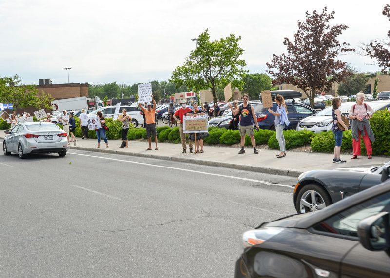 Des manifestants se sont massés mercredi, sur le boulevard Sir-Wilfrid-Laurier, à Belœil. Photo François Larivière | L'Œil Régional ©