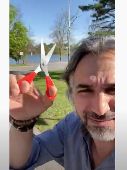 Daniel Tadros a coupé les banderoles de sécurité à la gare d'Otterburn Park pour protester contre les mesures sanitaires reliées à la COVID-19. Ce geste pourrait lui valoir une contra- vention. Photo tirée de Facebook