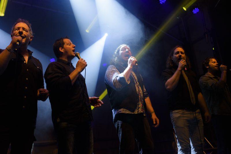 Plusieurs membres du groupe trad Le Vent du Nord, dont Nicolas Boulerice, André Brunet et Réjean Brunet (à gauche) et Simon Beaudry (à droite) participeront à l'activité Chants de Vielles sur le Richelieu le 18 juillet. Photo Guillaume Morin