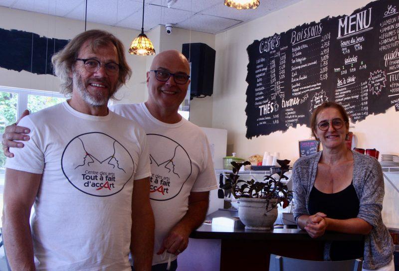 Les cofondateurs du Centre des arts Tout à fait d'accArt, Stéphane Leblanc et Michel David, posent en compagnie de Jocelyne Bilodeau, propriétaire du Café du passeur. Photo gracieuseté