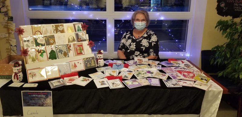 Plusieurs artistes seront présents au Café du passeur au fil des prochaines semaines dans le cadre de son marché de Noël. Carole Raymond (photo) ainsi que Denise Dalpé et Francine Leroux y étaient du 5 au 8 novembre. Photo gracieuseté