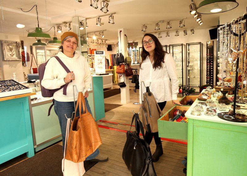 Nathalie Bardier, propriétaire de la boutique L'Antilope, et sa fille Liane Tremblay Bardier, responsable de la boutique en ligne, traitent les commandes en attendant la réouverture.