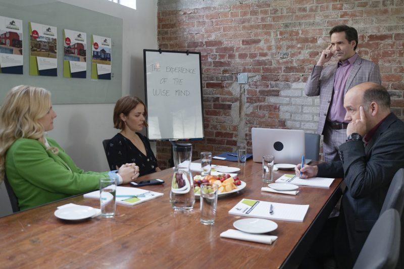 Benoît Finley (debout) incarne le motivateur Ben Gagné dans Contre-offre, jouant notamment aux côtés des acteurs Marie-Soleil Dion, Noémie O'Farrell et Antoine Vézina. Photo gracieuseté