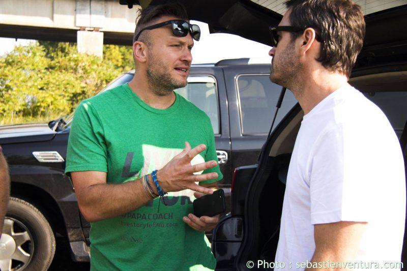 Le réalisateur Jean Sébastien Lozeau donnant des instructions à l'acteur principal de Live Story, Sébastien Ricard, lors du tournage. Photo Sébastien Ventura