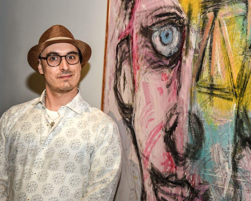 Samuel Jacques-Charbonneau présente actuellement Reflet, l'aboutissement d'une série d'autoportraits, au MBAMSH.