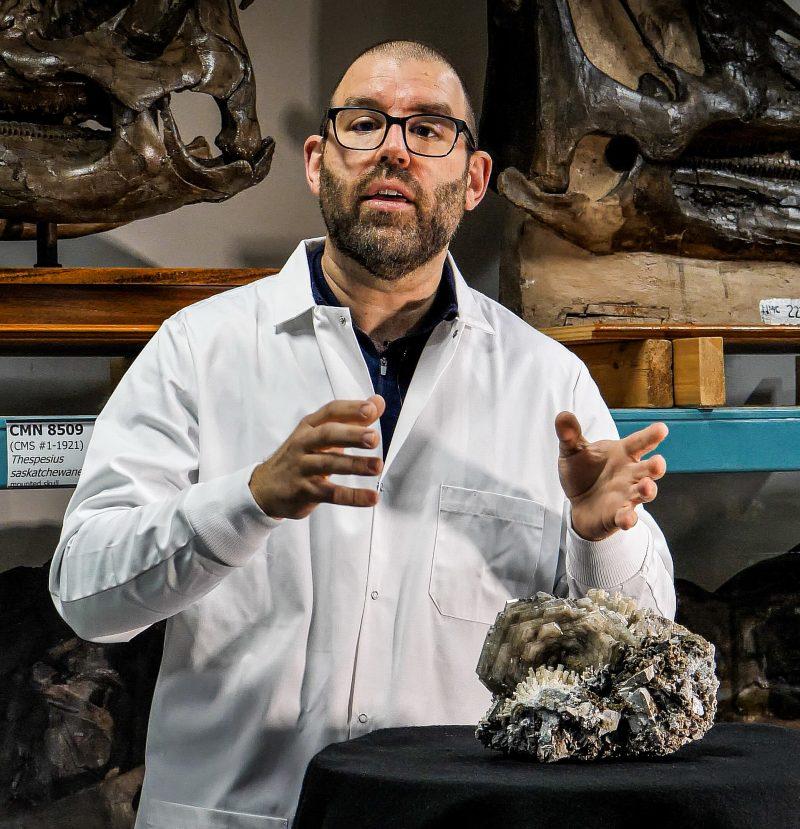 Chercheur et chef de la section de minéralogie au Musée canadien de la nature, Aaron Lussier.