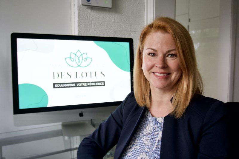 La directrice Julie La Rochelle présente le visuel du Mini-Gala des Lotus. Photo gracieuseté