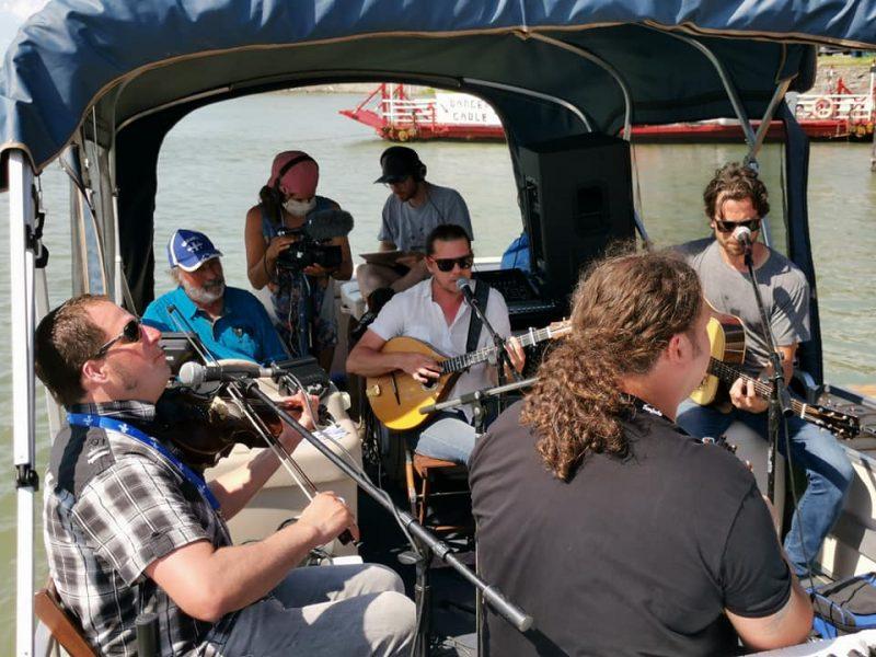 En 2020, Chants de Vielles avait trouvé le moyen d'amener la musique trad aux habitants de la Vallée-du-Richelieu avec une petite série de performances musicales jouée sur un ponton, le long de la rivière. On propose à nouveau une formule similaire le 3 juillet prochain. Photo gracieuseté