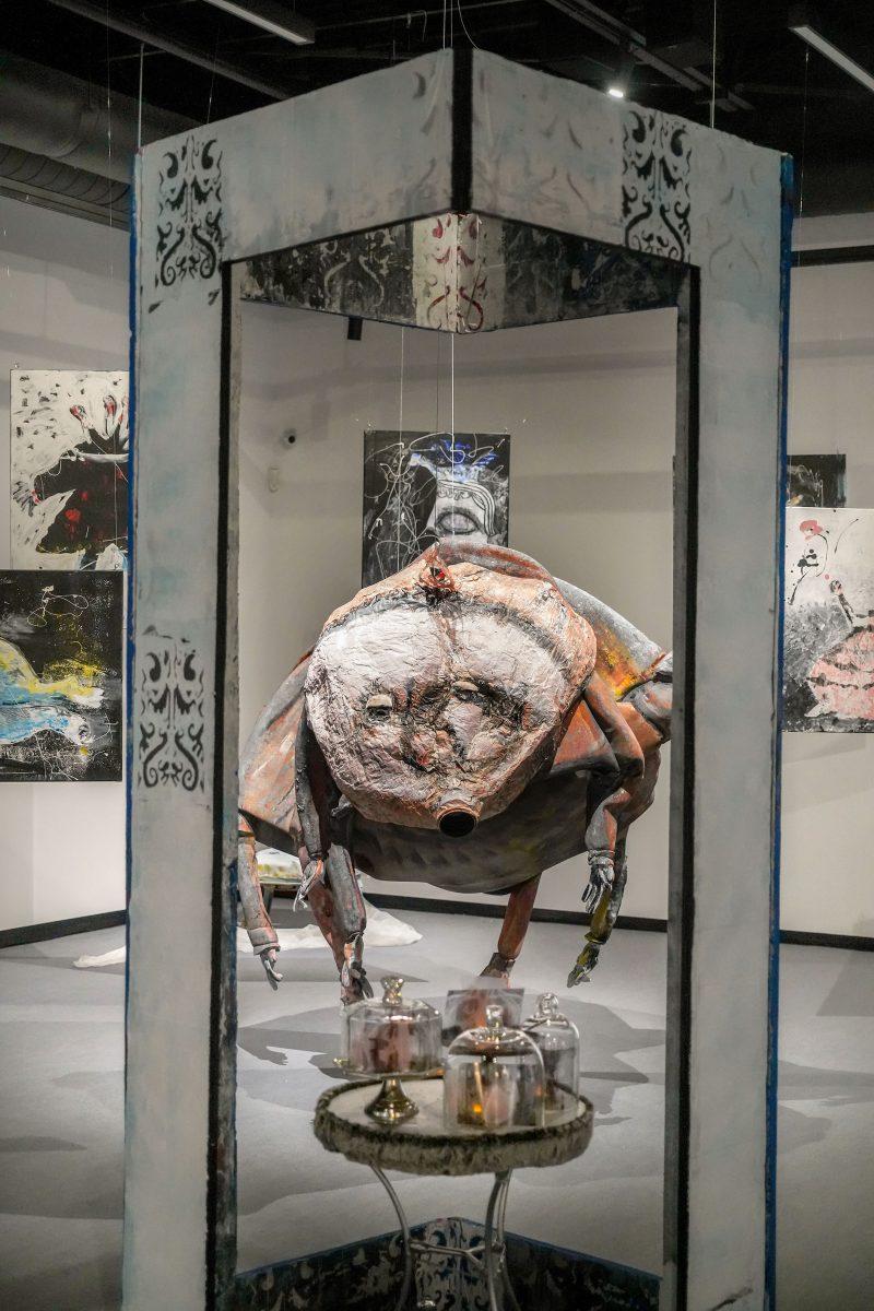 Au cœur de l'exposition se trouvent trois tableaux forts, dont un mettant de l'avant un tardigrade surdimensionné, entouré des « reines décapitées », les qualités humaines qui tendent à disparaître selon l'artiste.
