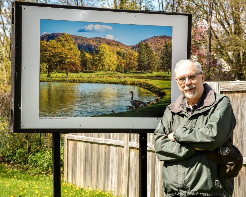 François Gauthier pose devant une magnifique photo prise au Club de golf Belœil l'automne dernier. Photo François Larivière | L'Œil Régional ©
