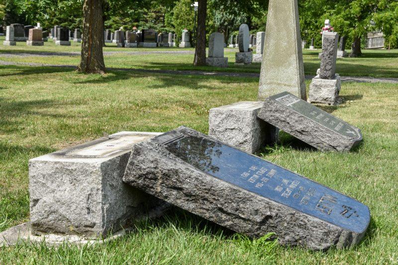 Plus d'une vingtaine de monuments ont été endommagés par ce qui a toutes les allures d'un geste spontané de vandalisme.  Photo François Larivière   L'Œil Régional ©