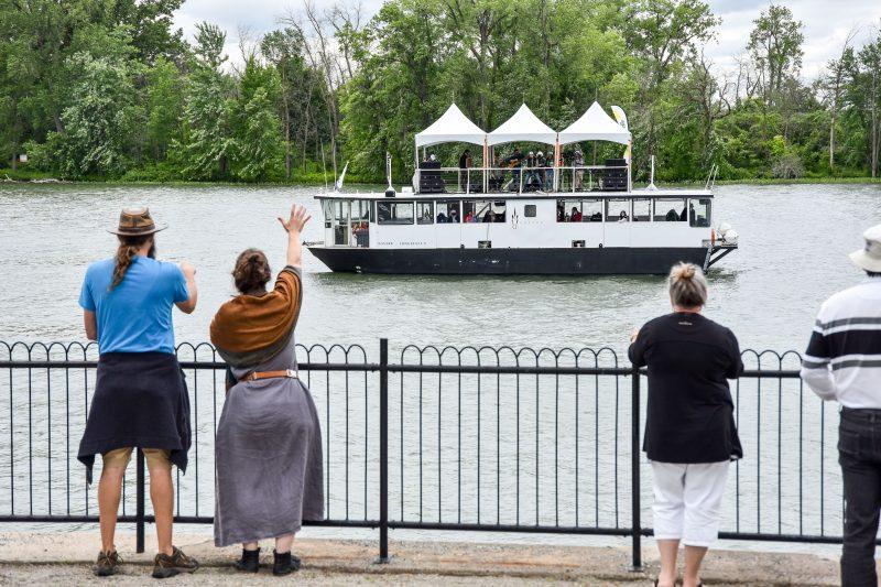 Si, en 2020, c'est sur un petit ponton que les musiciens ont joué le long du Richelieu, le bateau a passablement grossi cette année! Nicolas Boulerice a laissé entendre que les performances déambulatoires sur la rivière pourraient devenir une tradition durable pour Chants de Vielles. Photo François Larivière | L'Œil Régional ©
