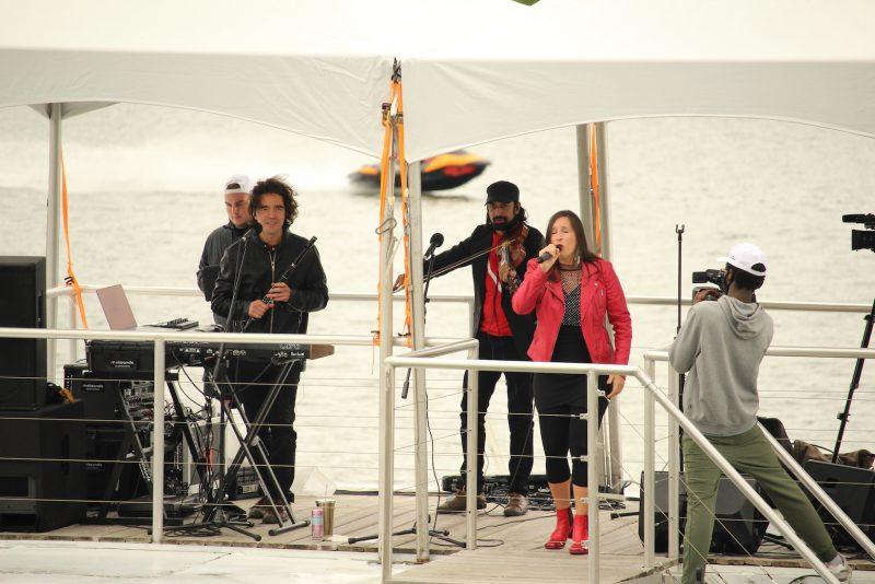 Sur le bateau, il a été possible d'entendre les performances des groupes Genticorum et Mélisande [électrotrad] (photo). Photo Olivier Dénommée | L'Œil Régional ©