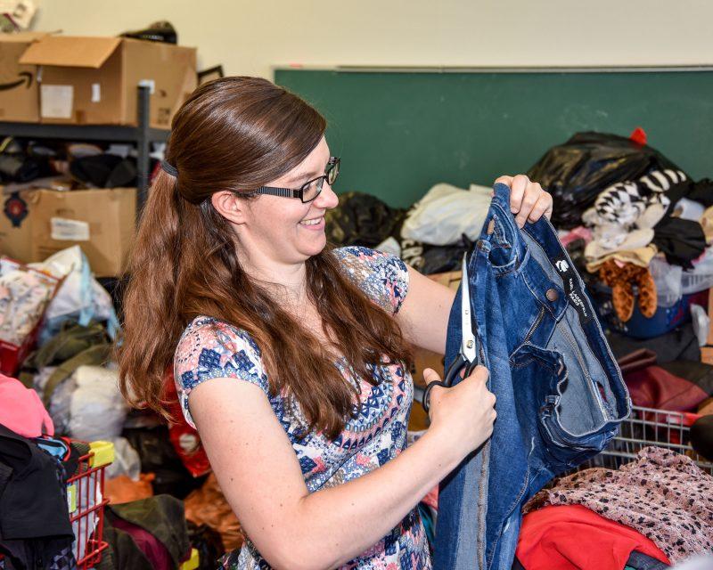 Christine Deniger a lancé sa compagnie Le bac rose, qui donne des outils aux jeunes pour réutiliser leurs vêtements. Photo François Larivière | L'Œil Régional ©
