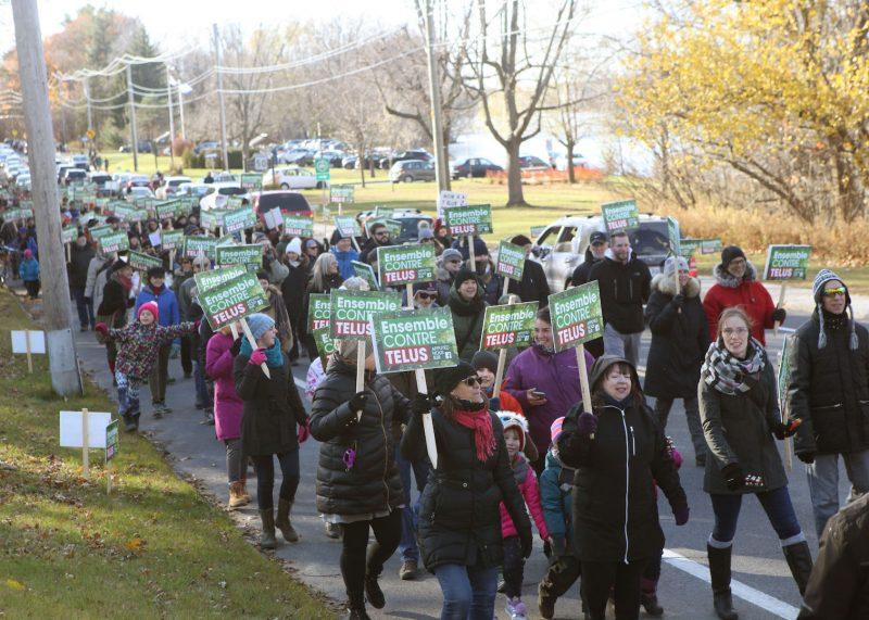 Plus de 350 personnes s'étaient mobilisées en novembre 2018 pour manifester leur opposition à la venue d'une tour de 40 mètres sur le territoire d'Otterburn Park. Photothèque | L'Œil Régional ©