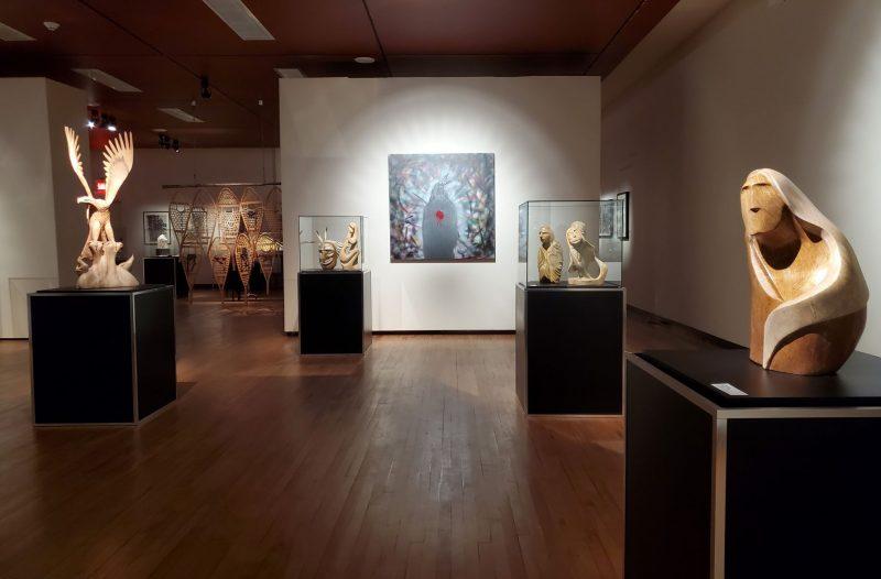 Les œuvres de Josy Thomas mettent de l'avant les questionnements de l'artiste par rapport à la place des membres des Premières Nations dans notre société contemporaine. Photo gracieuseté