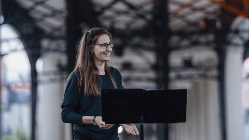 Violoniste de formation et diplômée en piano jazz, Gabrielle Beaulieu-Brossard s'est découvert une passion pour la direction d'ensemble. C'est ce qui l'a poussée à entreprendre une maîtrise en direction chorale. « J'ai vraiment trouvé mon filon. J'adore mettre les gens ensemble et être témoin du sentiment de communauté qui se développe. Un chœur, c'est beaucoup plus que de la chorale, plus que du chant », explique celle qui dirige aussi le Chœur des Berges, à Brossard. Elle évolue aussi comme assistante-chef pour l'Ensemble vocal les Voix ferrées, à Montréal.  Photo Karine Laurence