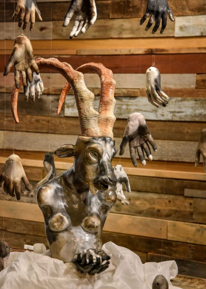 Cette œuvre de Jessica Sallay-Carrington a été créée en pleine pandémie de COVID-19, faisant référence aux contacts physiques plus difficiles.  Photo François Larivière | L'Œil Régional ©
