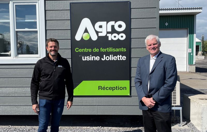 Le PDG d'Agro-100, Stéphane Beaucage (gauche) a annoncé la nomination de l'ex-président de Axter Agroscience, Pierre Migner, à titre de directeur R&D et formation agronomique chez Agro-100. Photo gracieuseté