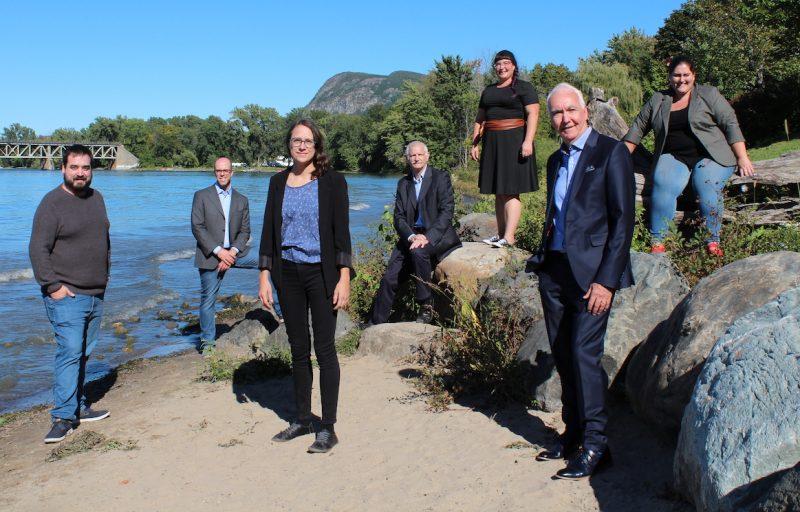 Mélanie Villeneuve, au centre, entourée des candidats indépendants qui forment son équipe : Marc Girard Alleyn (district 3), Mathieu Chapdelaine (5), Jacques Portelance (1), Natacha Thibault (6), Claude Leroux (4) et Marie-Christine Moore (2). Photo gracieuseté