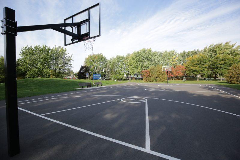 Dans une pétition déposée au conseil municipal de Belœil lors de sa séance ordinaire du 27 septembre, on peut lire que les « résidents à proximité du parc [Charles-Larocque] endurent depuis deux ans une nuisance constante engendrée par la pratique du basketball ». Photo Robert Gosselin | L'Œil Régional ©